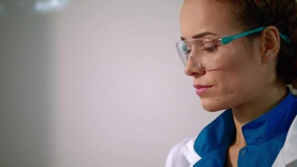 Žena vědec v ochranné brýle. Zblízka ženské vědec tváře