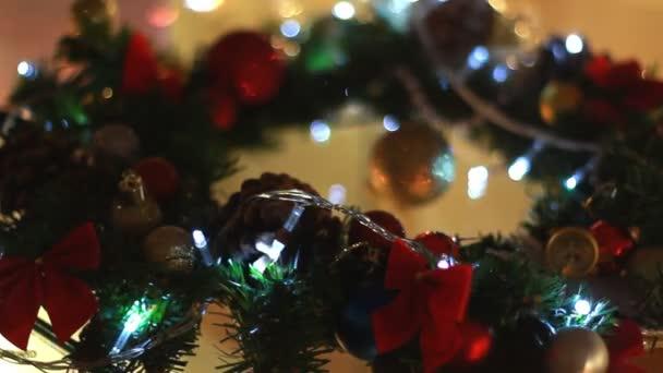 Vánoční věnec s řetězec světla. Vánoční dekorace