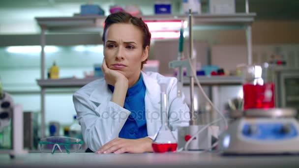 Žena vědec myšlení ve vědecké laboratoři. Žena vědec v laboratoři