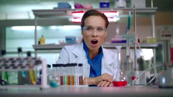 Zívající žena vědec. Unavená žena vědec. Laboratorní vědec ve vědecké laboratoři