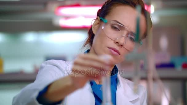 Vědec žena dirigování vědeckého výzkumu. Detailní záběr z laboratoře žena pracující