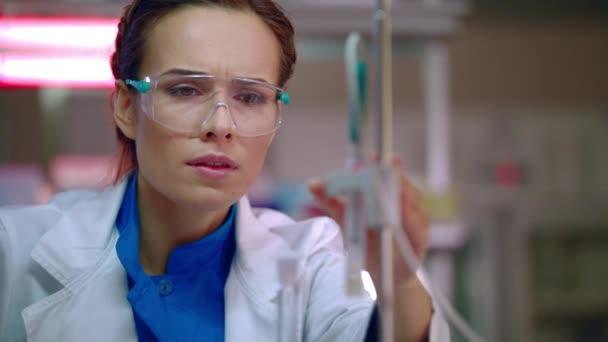 Ženské výzkumník příprava pro laboratorní výzkum. Detailní laboratorní pracovník