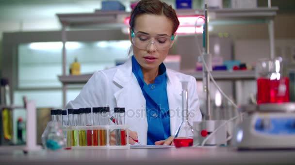 Testovací tým ve vědecké laboratoři. Vědec tým pracuje ve výzkumné laboratoři