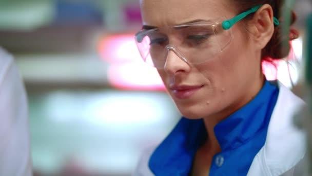 Portrét ženy vědce. Tvář ženy vědec v ochranné brýle