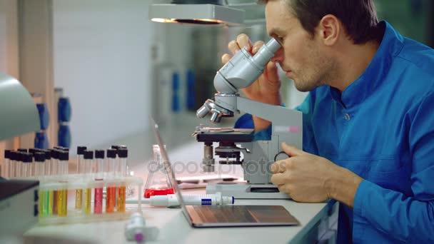 Tudós használ Mikroszkóp laboratóriumban. Orvosi laboratóriumi kutatások