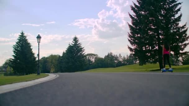Žena jezdit gyroscooter na park road. Self vyvažování electric gyroskop desky