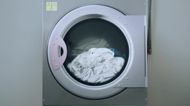 Pračky průmyslové praní prádla. Detailní záběr na praní pracovního stroje