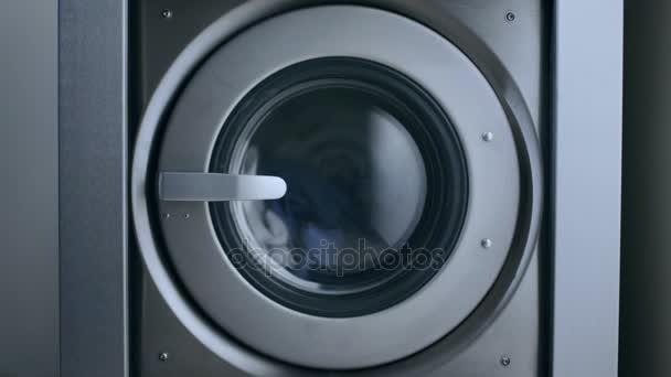 Ipari mosó gép. Ruhák mosodai gép. Mosás ruházat mosoda