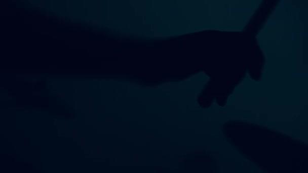 Dobos játszik dob katonai felszerelés. Dobos kézzel silhouette csirkecomb