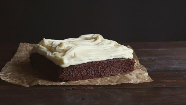 Šéfkuchař připravující čokoládový krém. Zblízka kuchař dal dort vrstvu na smetaně