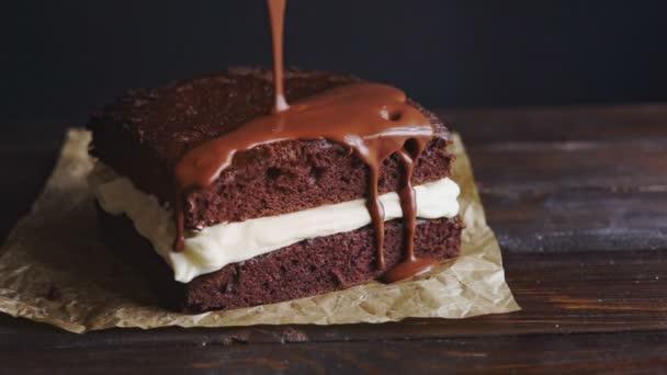 Schokoladenglasur für Kuchen. Schokoladenglasur Gießen auf hausgemachten dessert
