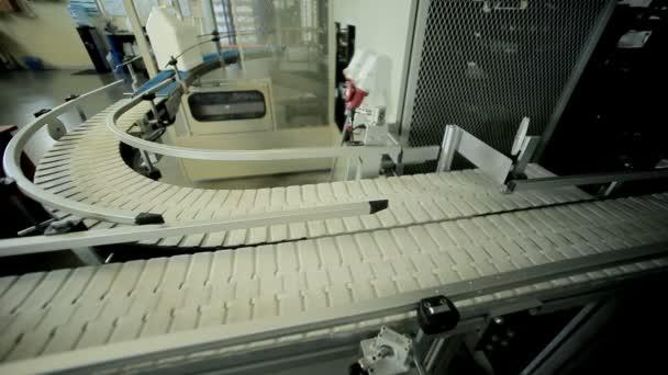 Plastový kanystr na výrobní lince. Mlékárenské výroby dopravní pás