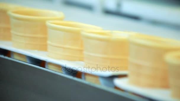 Üres waffle kúp gyártósoron. Élelmiszeripari gyár szállítószalag. Élelmiszeripari üzem