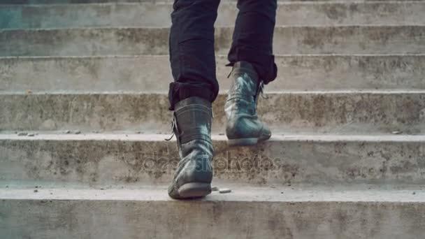 Mužské nohy jít nahoru po schodech. Muž nohy jít nahoru. Muž chůzí do schodů