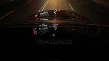 Auto rijden op nacht kabel bleef brug met moderne verlichting in ...