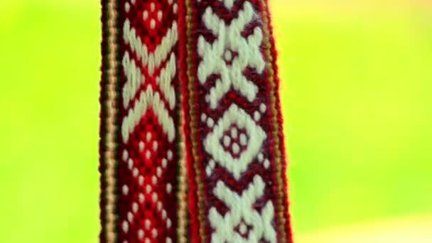 Decorazione di nastro rosso con il reticolo bianco slava. Amuleti slavi con lornamento