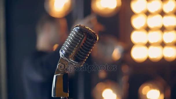Retro mikrofon na jevišti. Stříbrná mikrofon ve stylu vintage