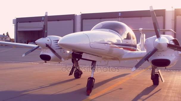 Malé letadlo zaparkováno v letišti. Soukromé letadlo na letišti parkovací místo