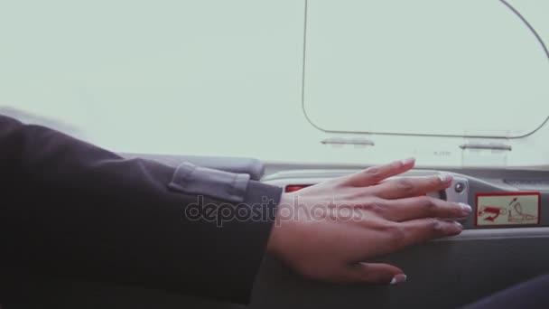 Ženská ruka otevřené dveře zamknout v letadle. Odemknout dveře uvnitř kabiny letadla