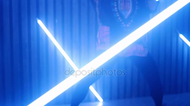 Ženy tančí ve zpomaleném filmu. Žena tanec světla. Noční život