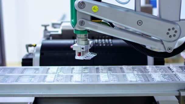 Gyógyszeripar. Robotkar tesz ampullák gyártási vonal gyógyszertár