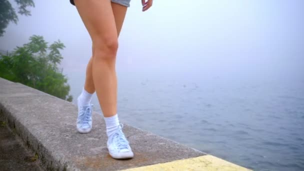 Ženské nohy na pláži moře. Žena nohy hranice moři