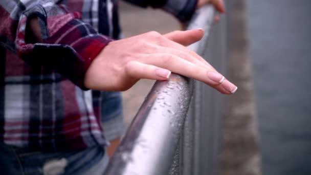 Žena ruce na ocelový plot. Elegantní žena pěstěné ruce