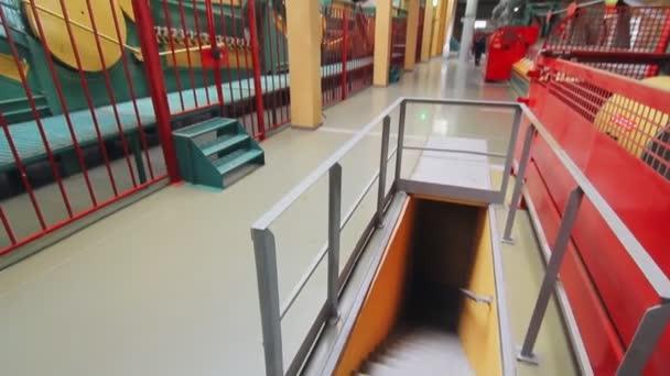 Interiér je moderní továrny. Automatizovaný stroj pracující v závodě