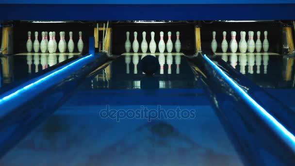 Barevné bowlingu. Bowlingové koule srazí 7 kolíky. Míč je postupné
