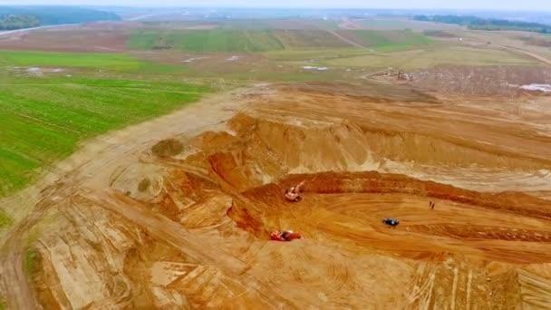 Těžební průmysl. Pískovny v lomu. Důlní zařízení, které pracuje v pískovně