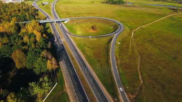 DRONY pohledu automobily provoz na dálnici. Silniční křižovatka. Silniční okruh