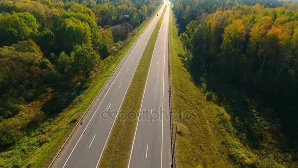 Letecký krajina dálnice lesa. Asfaltová silnice v lesní krajině