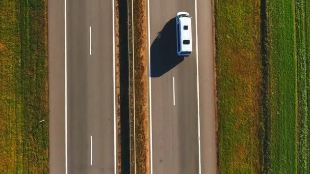 Pohled shora auto pomalu projížděl po silnici. Auta jedoucí na příměstské silnice