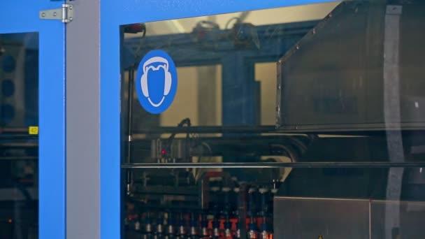 Výrobní linky v továrně. Automatizované výroby. Výrobní stroje