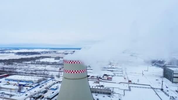 Thermische Energie. Industrielle Rauchen Kamin im Wärmekraftwerk ...
