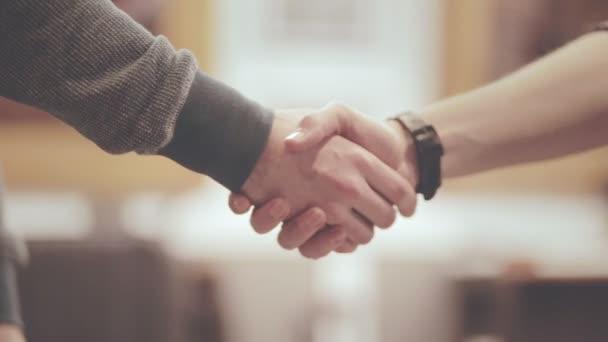 Pánská handshake. Přátelské podání ruky dvou mužů. Handshake klient