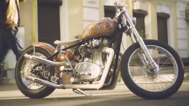 Yamaha motocykl jezdce. Stylový muž na retro motocyklu. Bokovky motorka