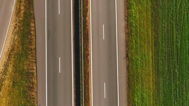 Auto doprava dálnice krajina. Pohled shora auto pohybující se podél dálnice