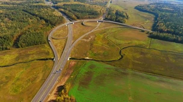 DRONY zobrazení křižovatky na venkovské silnici. Auta se pohybují na křižovatce