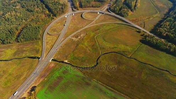 Klikaté silnice letecký pohled. Auta se pohybují na dálniční křižovatka. Silniční zobrazení letecké
