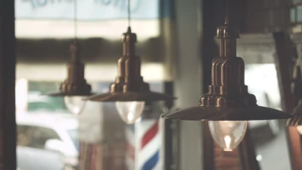 Retro závěsné lampy. Barber pól. Abstraktní pozadí. Interiér salonu vlasy