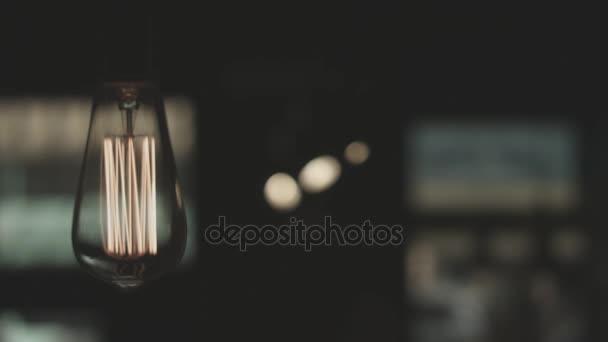 Světlo ve tmě. Závěsné světlo žárovky. Vintage lampa světlo na. Edison žárovku