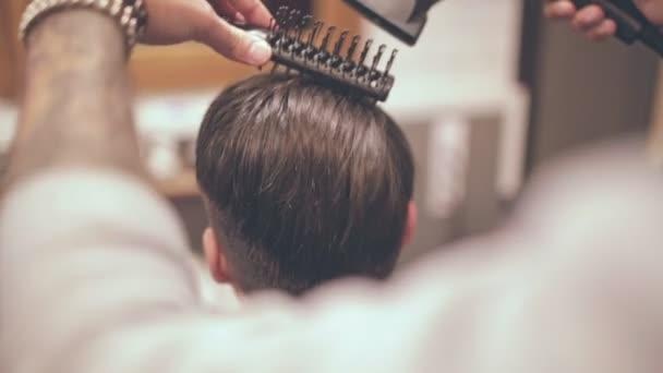 Mužský účes. Vlasy Fén muž v holičství. Muž účes. Mužské vlasy