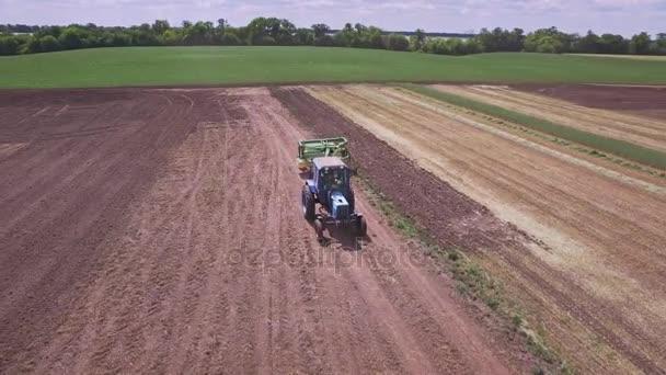 Zemědělský tahač s návěsem pro Orbu, pracuje na orné pole
