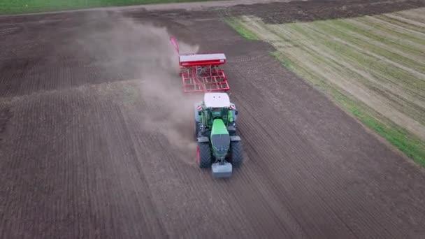 Zpracování, orba zemědělské oblasti. Secí stroj pracovat na obdělávané pole