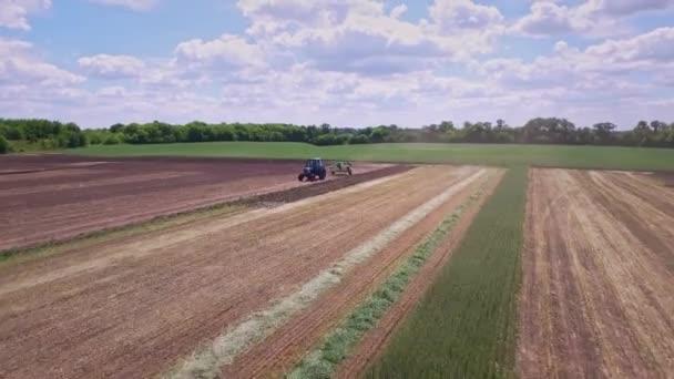 Zemědělský traktor s valníkem pracující na zemědělské oblasti. Zemědělský sektor