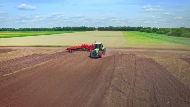 Zemědělský traktor s přívěsem orat na venkovské oblasti. Odvětví chovu