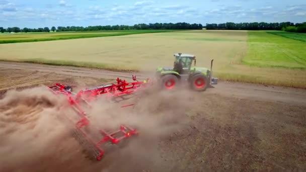 Chov traktor s přívěsem pro Orbu, pracuje na obdělávané pole