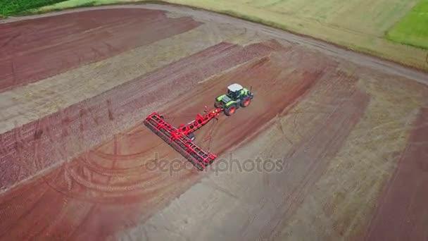 Zemědělské traktory s přívěsem orat na orání pole. Venkovské zemědělství