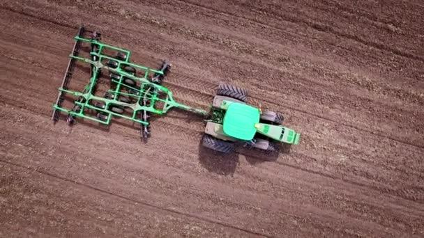 Zemědělský traktor orat orné pole. Letecký pohled na zemědělské stroje